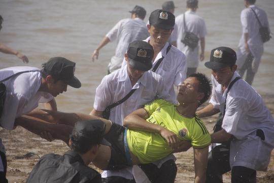 Khiêng người bị nạn lên bờ cấp cứu
