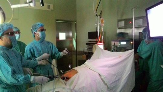 Ê kíp bác sĩ đang tiến hành mổ nọi soi qua hình ảnh 3D. Ảnh CTV