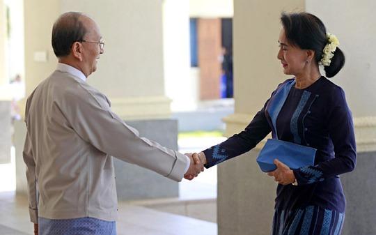 Tổng thống Myanmar Thein Sein tiếp bà Aung San Suu Kyi tại thủ đô Naypyitaw hồi tháng 10-2014 Ảnh: EPA