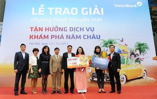 Đại diện Khối Bán lẻ VietinBank và chi nhánh Đống Đa trao giải cho khách hàng