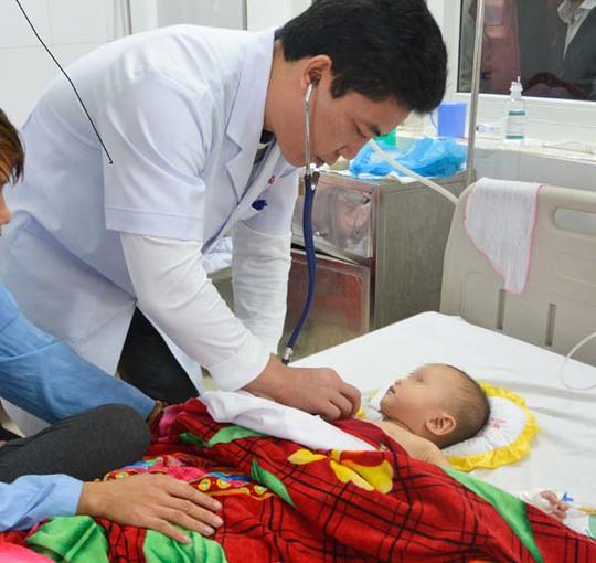 Hóc đá dăm khi chơi đùa, bé 1 tuổi bị xẹp một bên phổi