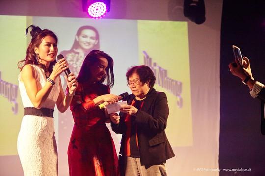 MC Uyển Nhi và ca sĩ Phi Nhung xúc động trước tình cảm của khán giả kiều bào, lên sân khấu ủng hộ tiền giúp đỡ trẻ em mồ côi trong nước.