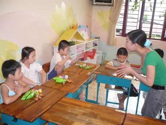 Bình Tinh trao tặng quà và cùng hát với các em thiếu nhi mồ côi ở Bình Dương