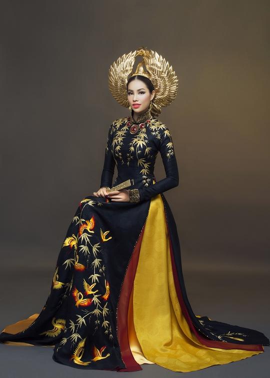 Bộ áo dài màu đen của Thuận Việt