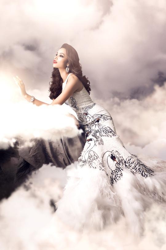 Phạm Hương tuyệt đẹp với đầm thiên nga