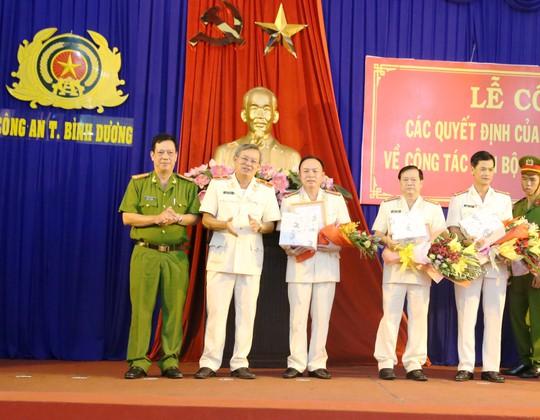 Đại tá Chính, đại tá Dũng, đại tá Phúc (thứ 3 thứ 4, thứ 5 từ trái sang)