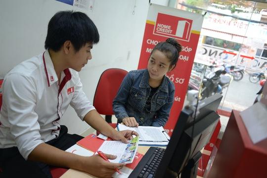 Nhân viên Home Credit hướng dẫn khách vay trả góp để mua hàng
