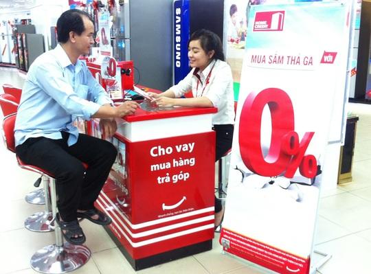 Nhân viên Công ty Tài chính Home Credit tư vấn về chương trình lãi suất 0%