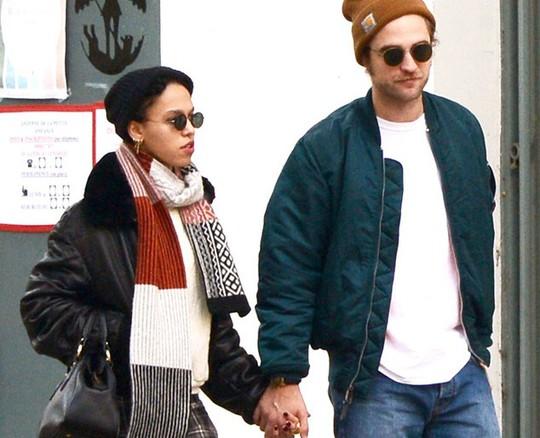 """Robert Pattinson tức giận vì vợ sắp cưới bị """"bắt nạt"""""""