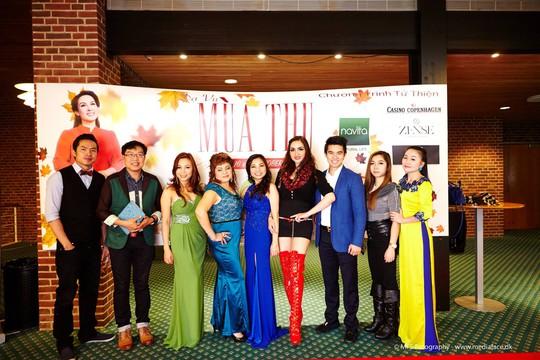 Nhà báo Thanh Hiệp chụp ảnh lưu niệm với các ca sĩ Việt đến từ Na Uy, Thụy Điển, Anh Quốc, Đan Mạch, Hungary trong đêm 16-10 tại TP Vejle