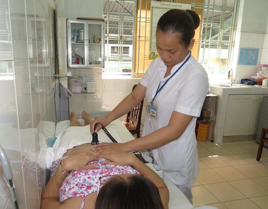 Khám thai trong giai đoạn đầu của thai kỳ để biết số lượng thai đang mang và tình trạng của thai. Trong ảnh: Khám thai tại Trung tâm Chăm sóc sức khỏe sinh sản TP HCM