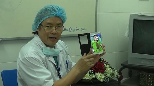 Bác sĩ của Bệnh viện Nhi Đồng 1 đang trao đổi về một trường hợp trẻ em bị chó tấn côngẢnh: TẤN NGUYÊN