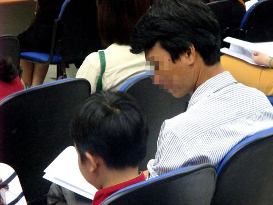 Một phụ huynh dẫn con trai đến Bệnh viện Nhi Đồng 1 nhờ bác sĩ tư vấn để cải thiện khả năng học tập của cháu