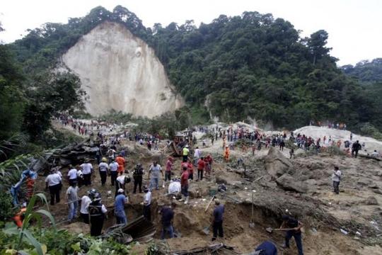 Hiện trường vụ lở đất ở thị trấn Santa Catarina Pinula.Ảnh: Reuters