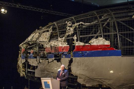 Cuộc họp báo của DSB tại căn cứ không quân Gilze Rijen  với một phần máy bay MH17 được phục dựng từ những mảnh vỡ thu thập tại hiện trường  Ảnh: Reuters