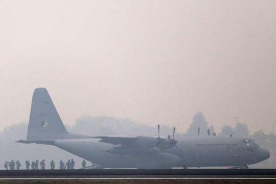 Máy bay Malaysia đến sân bay Sultan Mahmud Badaruddin ở TP Palembang, tỉnh Nam Sumatra – Indonesia hôm 9-10 Ảnh: EPA