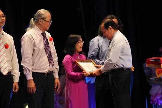 Ông Lê Thanh Hải, Bí thư Thành ủy TP HCM, trao bằng khen cho các cá nhân, tập thể đạt giảiẢnh: HOÀNG TRIỀU