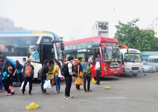 Hành khách xếp hàng chờ lên xe tại Bến xe Miền Đông