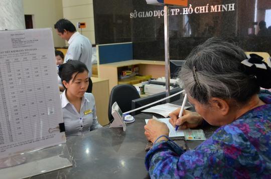 Giao dịch vẫn diễn ra bình thường tại các ngân hàng ở TP HCM trong ngày 17-12Ảnh: Tấn Thạnh