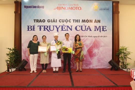 BTC trao giải cho các thí sinh đoạt giải khuyến khích cuộc thi viết