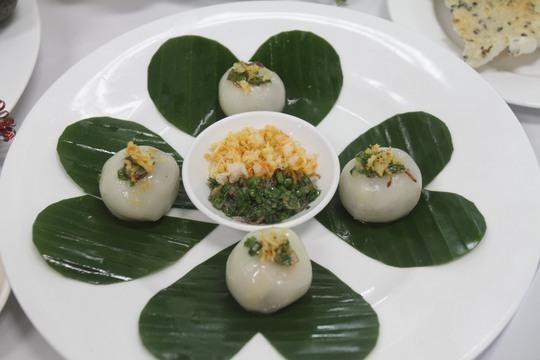 Bàn tay khéo léo của chị Nguyễn Thị Minh Ly và món bánh ít trần
