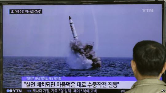 Tấm ảnh Triều Tiên phóng thử tên lửa từ tàu ngầm hồi tháng 5-2015 được đăng trên báo chí Bình Nhưỡng. Ảnh: AP