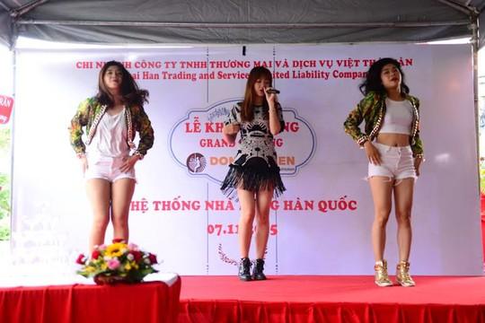 Hari hát và giao lưu với khán giả tại một sự kiện khai trương nhà hàng Hàn Quốc ở TP HCM với tư cách là đồng hương
