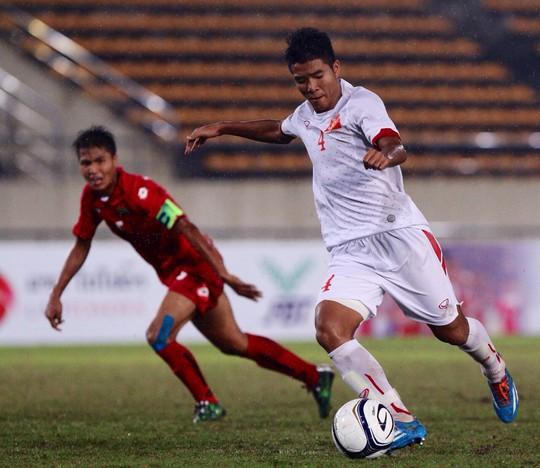 Tiền đạo Đức Chinh (4) ghi bàn duy nhất giúp U19 Việt Nam vượt qua Myanmar tối 6-10