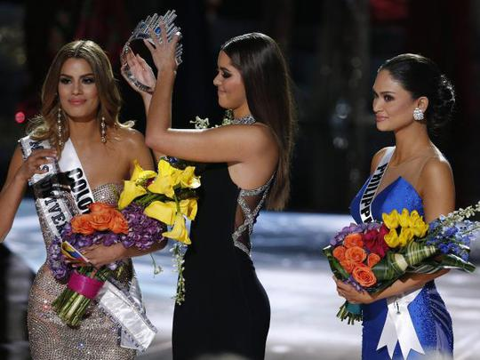 Cựu Hoa hậu Hoàn vũ gỡ vương miện từ Hoa hậu Colombia