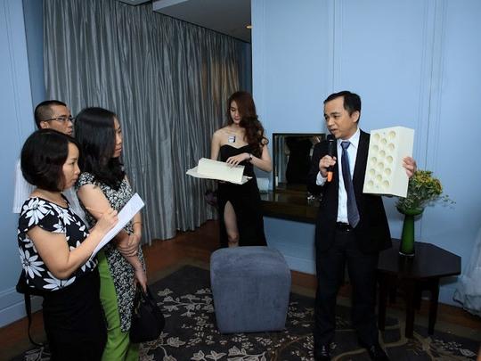 ông Lâm Ngọc Minh, Tổng giám đốc nệm Liên Á, giới thiệu nệm L'ADOME tại buổi ra mắt.