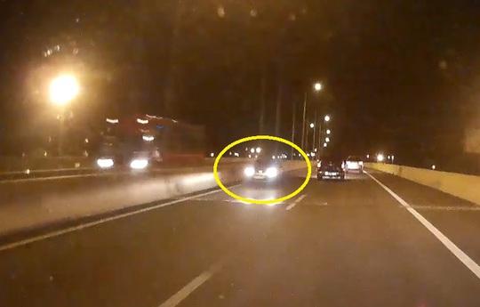 Hình ảnh xe chạy ngược chiều trên cao tốc cắt từ clip