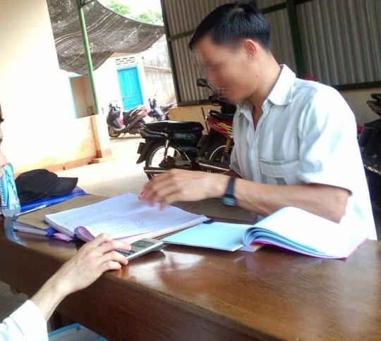 Phạm nhân viết phiếu thu tiền lưu ký trong trại tạm giam. Ảnh ông Lợi cung cấp