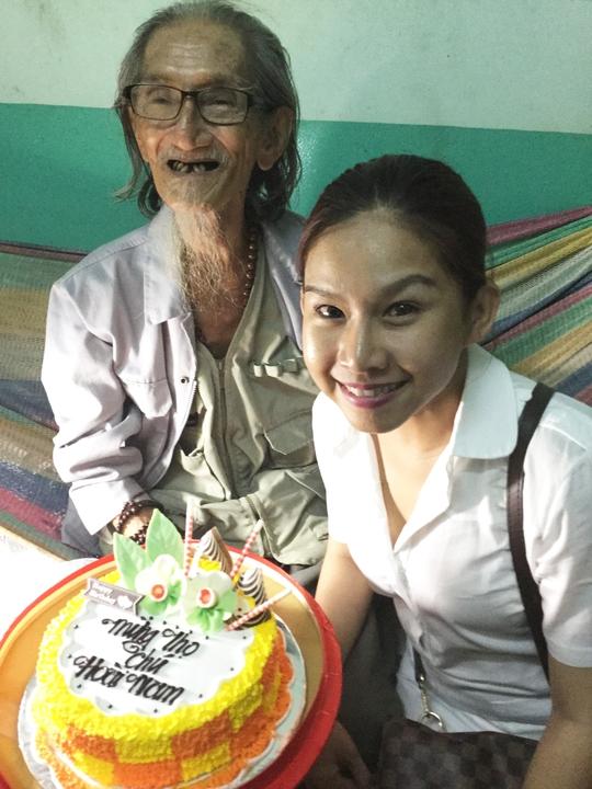Bình Tinh trao bánh sinh nhật mừng thọ họa sĩ Hoài Nam 85 tuổi - tối 27-10-15 tại Khu dưỡng lão nghệ sĩ TPHCM