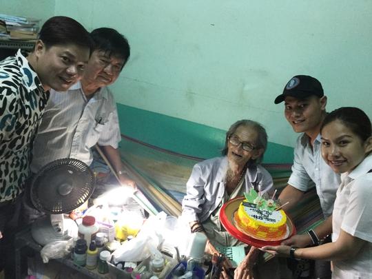 Bình Tinh và ca sĩ Nhật Minh, Trường Bảo, soạn giả Đức Hiền vào tận phòng riêng của họa sĩ Hoài Nam tại Khu dưỡng lão trao bánh mừng thọ ông