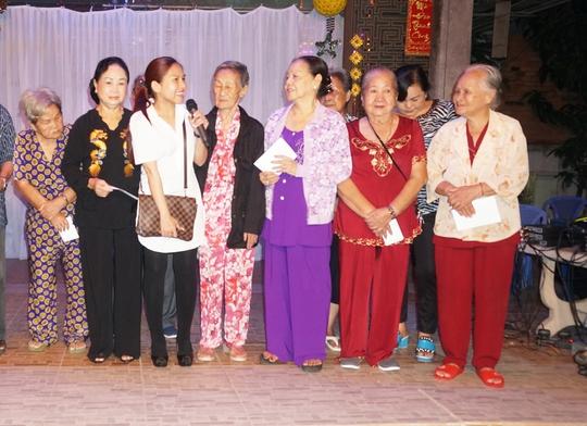 Bình Tinh trao tặng quà và tiền cho các nghệ sĩ lão thành tại Khu dưỡng lão nghệ sĩ TP HCM tối 27-10