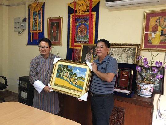 Ông Damcho Rinzin (trái) - đại diện Cục Du lịch Bhutan nhận quà lưu niệm từ ông Vũ Đình Quân - Tổng Giám đốc BenThanh Tourist