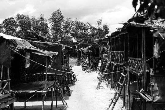 Những dãy nhà lụp xụp, tạm bợ ven hồ Dầu Tiếng (ấp Tà Dơ, xã Tân Thành, huyện Tân Châu, Tây Ninh) là nơi cư ngụ của khoảng 250 hộ dân với khoảng 1000 nhân khẩu và được người dân gọi là xóm Việt Kiều. Gọi là nhà nhưng thực chất là những chiếc lán dựng lên tạm bợ từ vài khúc cây, ba tấm ván, miếng bạt rách nát.
