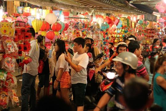 Phố lồng đèn Lương Nhữ Học hàng năm luôn là điểm hẹn vui chơi tết Trung Thu thú vị, độc đáo của nhiều bạn nhỏ, lớp trẻ và cả người lớn
