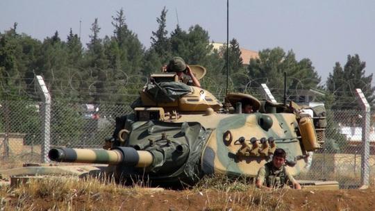 Một xe tăng của Thổ Nhĩ Kỳ gần biên giới Syria hôm 3-9. Ảnh: AP
