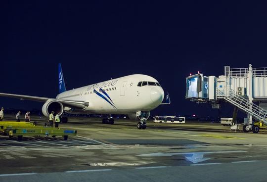 Chuyến bay thẳng đầu tiên của Air New Zealand từ Auckland đến TP HCM cập cảng sân bay Tân Sơn Nhất
