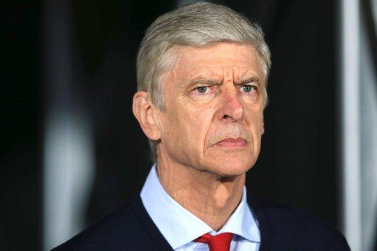 HLV Wenger không hề quan tâm đến tấm biểu ngữ trên sân