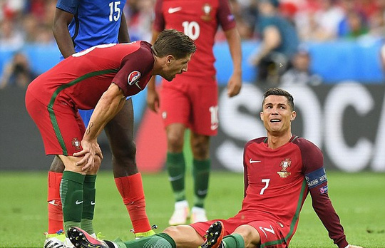 Ronaldo chia tay sân cỏ từ chung kết Euro 2016 với Pháp