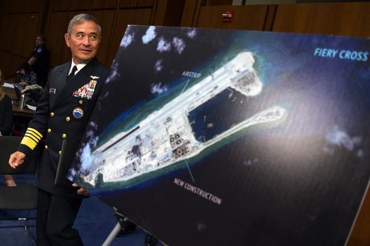 Đô đốc Harris phân tích tình hình xây dựng căn cứ quân sự của Trung Quốc ở khu Đá Chữ Thập. Ảnh: AP