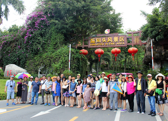 Đoàn khách Việt Nam trước công viên Lộc Hồi Đầu