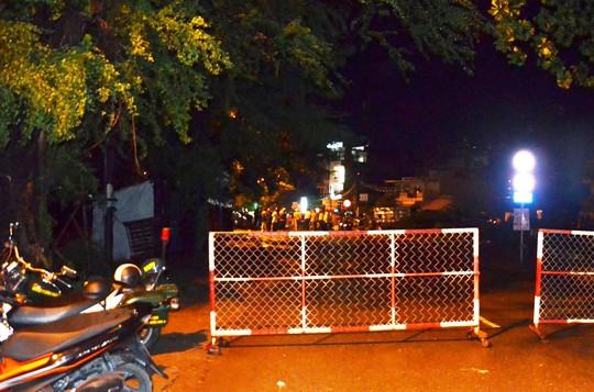 Rạng sáng 27-8, hiện trường vụ sụp lún vẫn đang được phong tỏa để chờ khắc phục sự cố