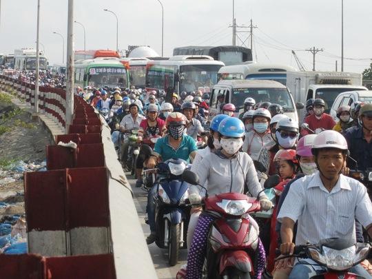 Hàng ngàn người từ các tỉnh miền Tây đổ về TP HCM sau kỳ nghỉ lễ khiến tuyến Quốc lộ 1, đoạn qua huyện Bình Chánh bị ùn ứ