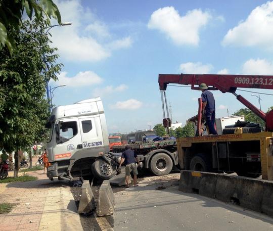 Xe cứu hộ di dời chiếc xe container khỏi hiện trường