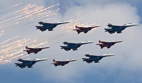 Màn trình diễn ấn tượng của không quân Nga. Ảnh: EPA