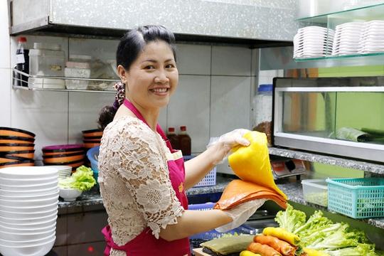 Chị Nguyên bên sản phẩm bánh phở của mình