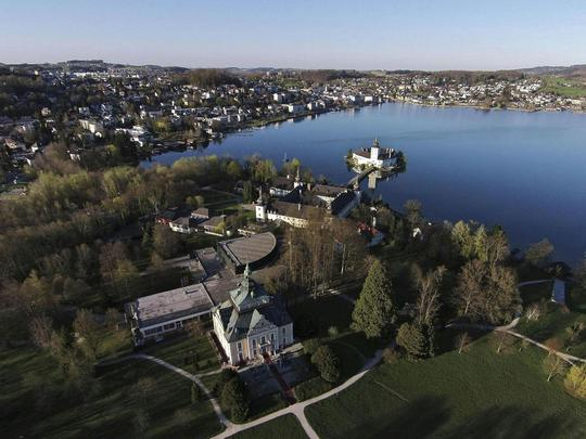 Hồ Traunsee, nơi phát hiện 2 chiếc vali đựng các bộ phận cơ thể của một người phụ nữ không đầu. Ảnh: Rex Features
